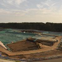 中間貯蔵施設に放射性廃棄物を運搬する作業が続く=福島県大熊町で、鈴木周撮影
