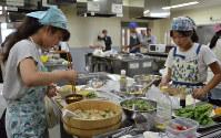 朝食を作る人たち。「10時間ダイエット」では朝食を遅めに、夕食を早めにとる人が多かった