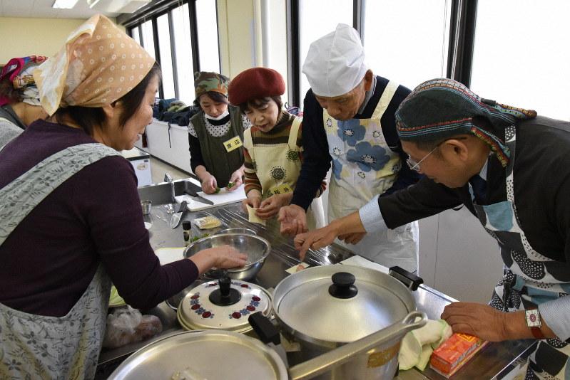 「シニア食堂」で腕をふるう参加者=千葉県流山市で筆者撮影