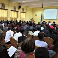 JICA支援のもと、コンゴ政府が初めて主催した国家泥炭会議。100人を超える当地関係者から泥炭への高い関心が示された。=2019年7月(大仲幸作さん提供)