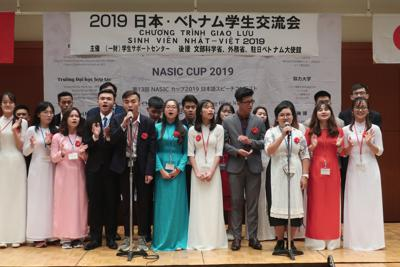 ベトナムから来日した大学生の交流歓迎会で歌うベトナムの大学生ら