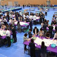 今年4月の統一地方選で区長・区議選の開票所となった東京都墨田区総合体育館。来年の知事選では五輪と重なり使えなくなった=同区提供