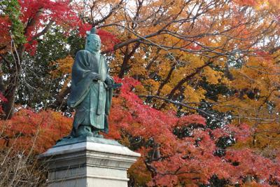 彦根城を見据える形で建つ金亀公園の井伊直弼の銅像=滋賀県彦根市金亀町で、山本直撮影