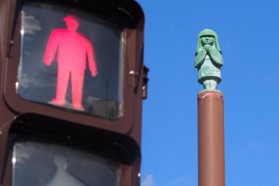 遠野駅前の信号の上にある座敷童子の像