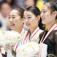 女子の表彰式で笑顔を見せる(左から)2位の樋口新葉、優勝した紀平梨花、3位の川畑和愛=東京・国立代々木競技場で2019年12月21日、佐々木順一撮影