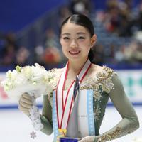 女子の表彰式で笑顔を見せる優勝した紀平梨花=東京・国立代々木競技場で2019年12月21日、佐々木順一撮影