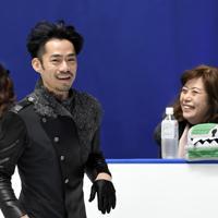 男子フリーを前にした公式練習で、リンクサイドの長光歌子(右)と笑顔を見せる高橋大輔=東京・国立代々木競技場で2019年12月22日、竹内紀臣撮影