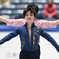 男子フリーを前に、公式練習を終え、観客に笑顔を見せる宇野昌磨=東京・国立代々木競技場で2019年12月22日、竹内紀臣撮影