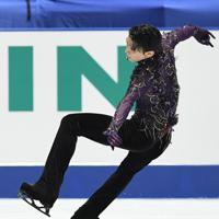 男子フリーの演技で、ジャンプを着地を失敗する羽生結弦=東京・国立代々木競技場で2019年12月22日、竹内紀臣撮影