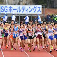 一斉にスタートする女子の選手たち=たけびしスタジアム京都で2019年12月22日、木葉健二撮影