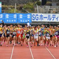 一斉にスタートする男子の選手たち=たけびしスタジアム京都で2019年12月22日、木葉健二撮影