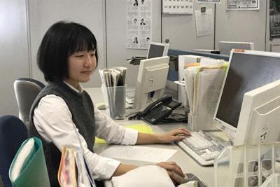 端末に向かって紙面をレイアウトする静岡新聞整理部の大嶽晶子記者
