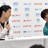 試合後の記者会見で笑顔を見せる羽生結弦(左)と宇野昌磨=東京・国立代々木競技場で2019年12月22日、竹内紀臣撮影