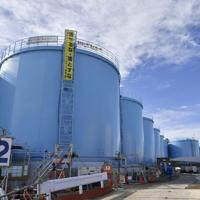 設置された汚染処理水を貯蔵するタンク=福島県大熊町の福島第1原発で2018年2月7日午前10時7分、藤井達也撮影