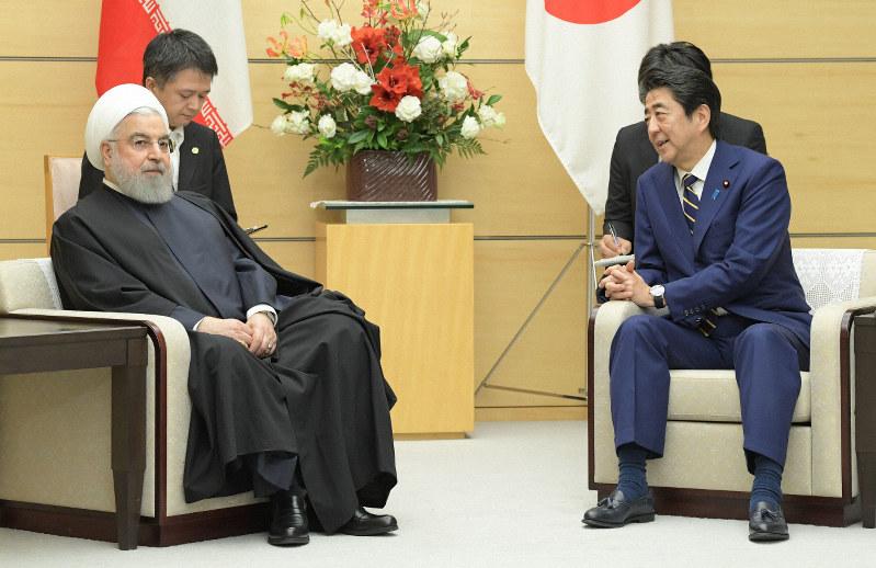 首脳会談するイランのロウハニ大統領(左)と安倍晋三首相=首相官邸で2019年12月20日、川田雅浩撮影