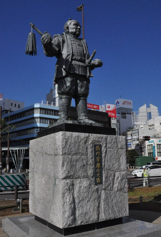 JR静岡駅北口にある「徳川家康公之像」=静岡市葵区で2014年12月24日、平塚雄太撮影