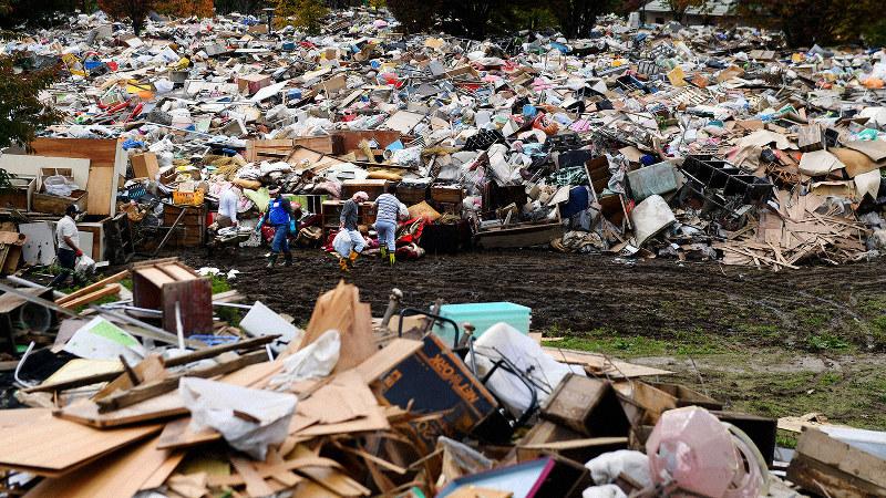 2019年10月の台風19号の影響で積み上げられた大量の災害ごみ=長野市