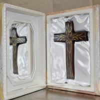 贈られた十字架。金やプラチナで模様が描かれている