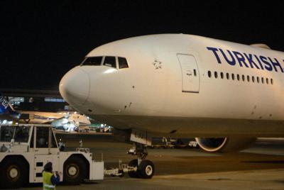 イスタンブールに向け出発するターキッシュエアラインズの機体。出発時間を午後11時に遅らせた=成田空港で