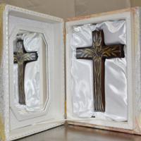贈られた十字架。金やプラチナで模様が描かれている=岩手県陸前高田市役所で