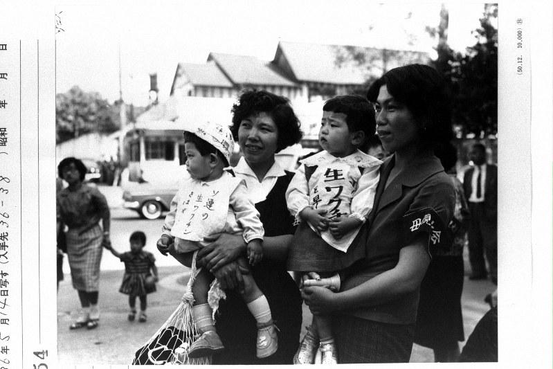 政府や国会に、ポリオワクチンの輸入を訴えた母親たち=1961年5月14日撮影