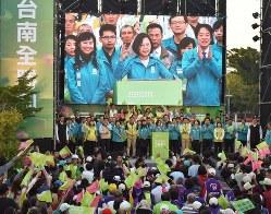 大規模集会で有権者に支持を訴える蔡英文総統(前列中央)の様子がスクリーンに映し出された=台湾南部・台南市で2019年12月14日午後4時48分