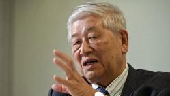 インタビューに答える野口悠紀雄・一橋大名誉教授=東京都新宿区で2019年12月18日、宮本明登撮影