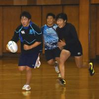 体育館で練習する旭川龍谷の選手たち=北海道旭川市で