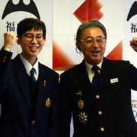 聖火ランナーに選ばれた泉奏良さん(左)と延近敬弘さん=福山市役所で、李英浩撮影