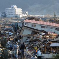 東日本大震災の津波で壊滅的な被害を受けた岩手県陸前高田市の市街地。沿岸部はがれきや災害ごみで埋め尽くされた光景が広がった=2011年3月12日、兵藤公治撮影