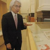 展示されている絵本を紹介する寺倉憲一館長=東京都台東区の国際子ども図書館で