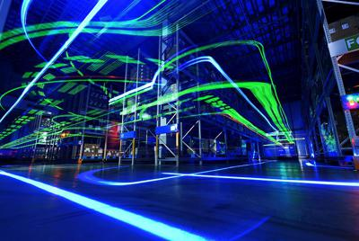 暗闇の倉庫内を動き回る無人フォークリフトの光跡=兵庫県三田市で、山田尚弘撮影(約5分間露光)