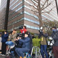 東京地検前で待機する報道陣=東京都千代田区で2019年12月25日午前9時2分、梅村直承撮影