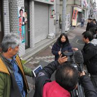 秋元司衆院議員逮捕の一報が入る中、同議員の事務所前に集まった報道関係者ら=東京都江東区で2019年12月25日、手塚耕一郎撮影