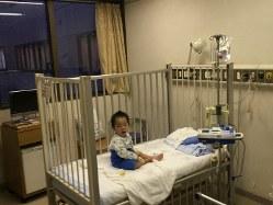 尿路感染症による2回目の入院中に、点滴治療をする息子。1週間の入院生活でだいぶ疲れた様子=順天堂大医学部付属順天堂医院で2019年2月