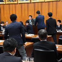 衆院内閣委員会で「統合型リゾート整備推進法案」が与党などの賛成多数で可決され、抗議する議員に詰め寄られる秋元司委員長(奥中央)=国会内で2016年12月2日、川田雅浩撮影