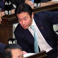 衆院本会議に出席し、同僚議員と話す自民党の秋元司衆院議員(右)=国会内で2019年(令和元年)12月9日、長谷川直亮撮影