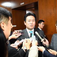 衆院内閣委員会で「統合型リゾート整備推進法案」が与党などの賛成多数で可決され、記者の質問に答える秋元司委員長=国会内で2016年12月2日、川田雅浩撮影