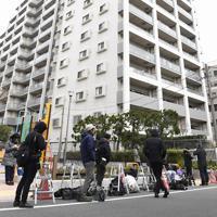 秋元司衆院議員の自宅マンション前に集まった報道陣=東京都江東区で2019年12月25日午前9時45分、藤井達也撮影