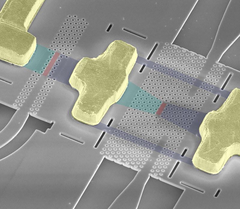 電気と光の変換を担うナノレベルの素子(○囲み部分)の電子顕微鏡写真(NTT提供)