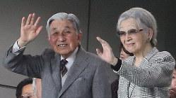 ラグビー・ワールドカップ3位決定戦の試合会場で手を振られる上皇ご夫妻=東京・味の素スタジアムで11月1日、玉城達郎撮影
