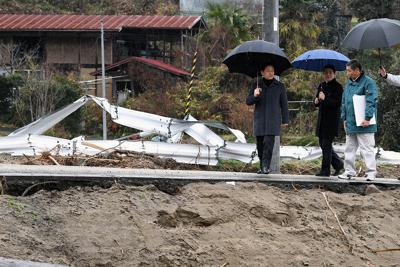 台風19号で被災した五福谷地区を訪問される天皇、皇后両陛下=宮城県丸森町で2019年12月26日午後1時25分(代表撮影)