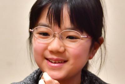 プロ1年目最後の対局に勝利し、笑顔を見せる仲邑菫初段=大阪市北区で2019年12月26日午後4時、小松雄介撮影