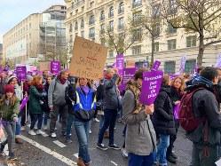 女性への暴力反対を訴えるデモ参加者=パリ2区で11月23日、筆者撮影