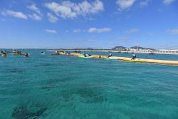 沿岸で埋め立て工事が進む米軍キャンプ・シュワブ沖でカヌーに乗って抗議する人たち=沖縄県名護市で2019年12月14日、津村豊和撮影