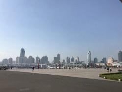 海岸線に臨む中国・青島の街並み 筆者撮影