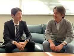 SBMを開発した後藤氏(左)と辰村氏 東芝提供