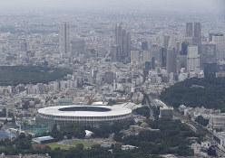 東京都心では大型オフィスビルの建設が進む。右奥は新宿のビル群=2019年7月8日、本社ヘリから