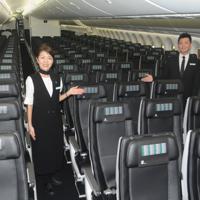 黒色に統一し、上質感がある座席=成田空港で、中村宰和撮影