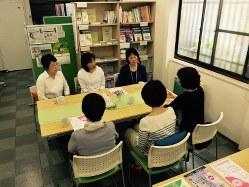 乳がん患者の集いで、患者から悩みを聞く、乳がんを経験したサポーターたち